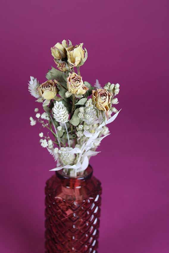 klein vaasje droogbloemen mini rose close up