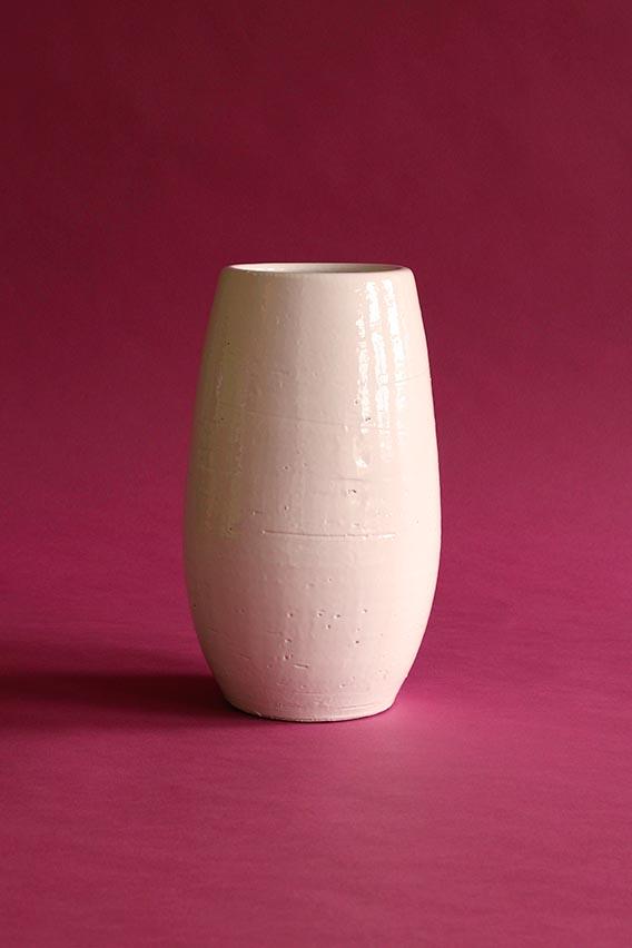 witte vaas roze achtergrond