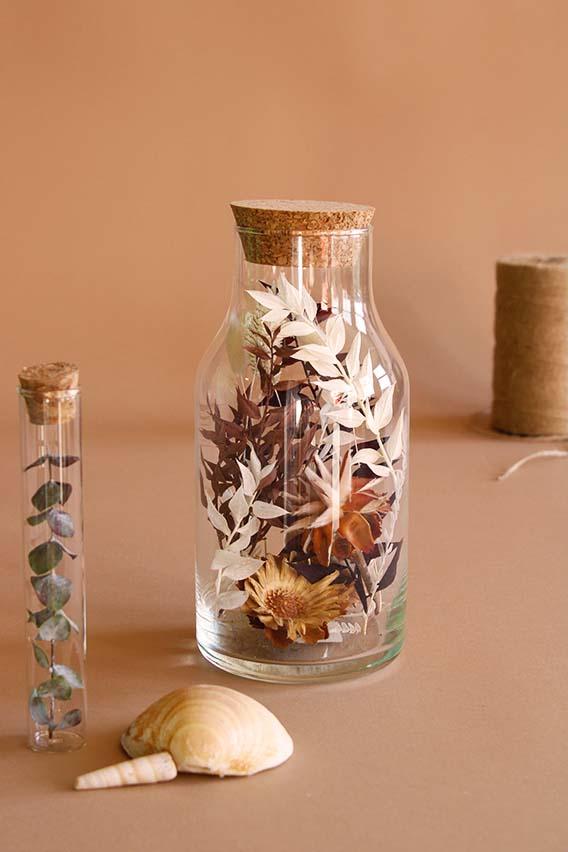 fles met droogbloemen wit bruin