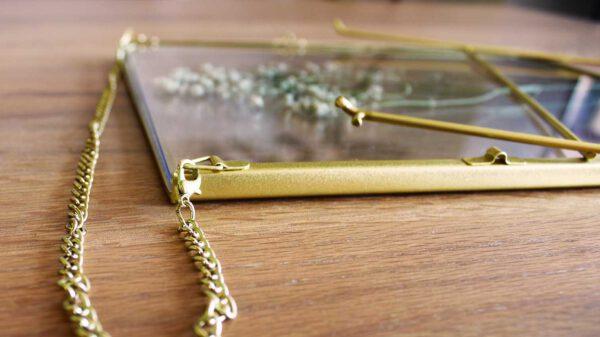 lijst met droogbloemen goud liggend
