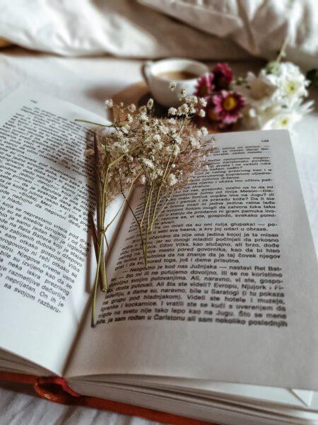 persend bloemen drogen in boek