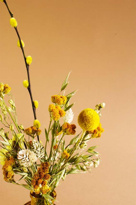 klein vaasje droogbloemen spring close up
